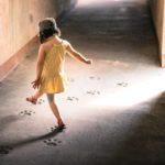 «Травма детства — это не то, что ты просто переживаешь, когда вырастешь»: об опыте неблагоприятного детства