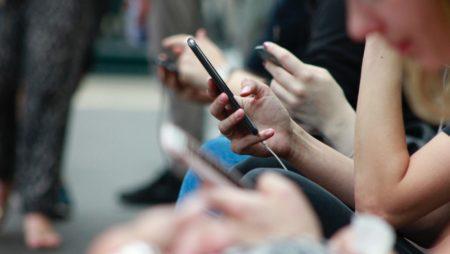 Социальные сравнения и боязнь пропустить что-то важное. Как социальные сети влияют на самочувствие?