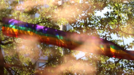 ЛГБТ-підлітки та ВІЛ: як подолати стигму та де шукати допомогу